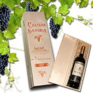 Weinkiste mit Gravur und einer Flasche Rotwein